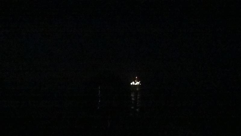 Der Blick aufs offene Meer. Abgesehen von der Bohrplattform: Absolute Dunkelheit.